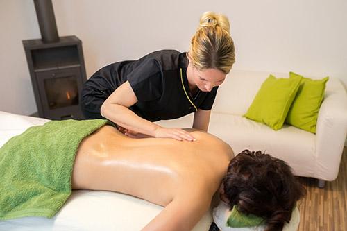 Rückenmassage mit Öl
