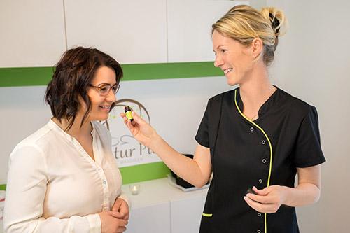Kathleen mit Kunden bei Duftprobe